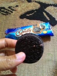 Omily Black Biscuits Sandwich Tiramisu Cream Flavour : Ga Mengecewakan