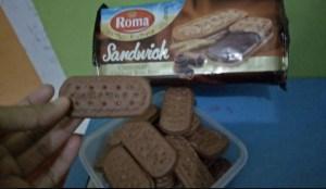 Roma sandwich cokelat bon bon : Biskuit Sandwich dengan krim coklat