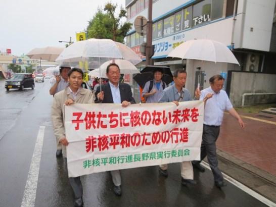 """""""恵み""""の雨の中、区間を短縮して行進。"""