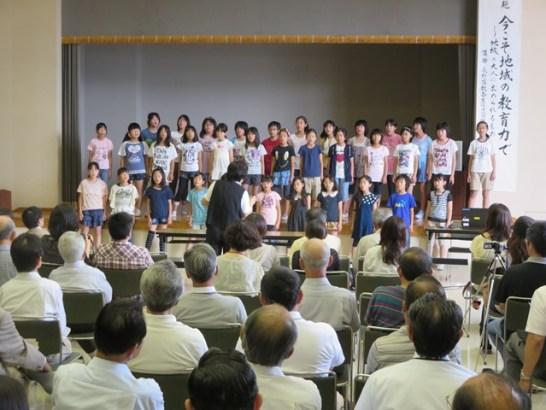 松ヶ丘小学校合唱部の発表。「学校坂道」「花は咲く」「明日の空へ」…3曲が披露されました。