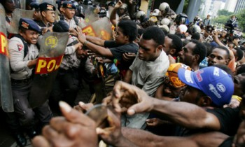 About 200 Papuan activists clash with police guarding a building housing the office of U.S. Mining giant Freeport-McMoRan Copper and Gold Inc. in February 2006 in Jakarta, Indonesia. Many claim that the company has not brought any benefits to local residents during its 40 years of operations in West Papua (Photo: Ed Wray).