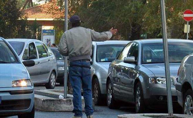 Una tortonese non acquista la merce dal marocchino che per vendetta le riga l'auto, denunciato