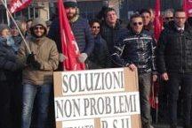 Tanta adesione alla manifestazione davanti alla Paglieri di Pozzolo Formigaro