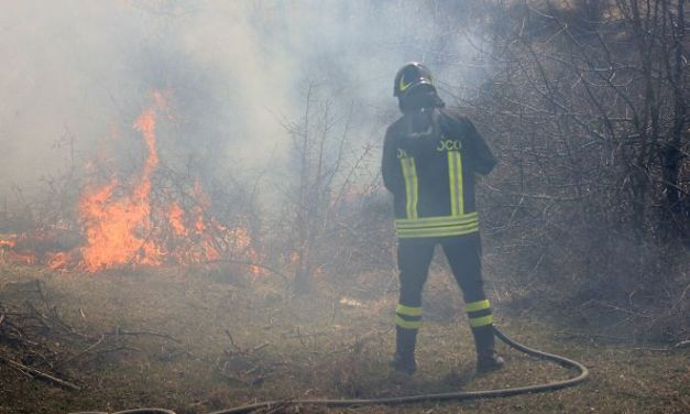 Brucia un campo di sterpaglie a Bettole di Pozzolo