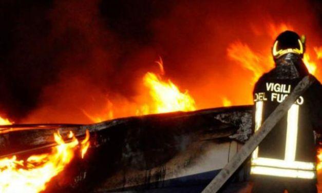 Brucia il tetto di una casa a Montemarzino, evacuata una famiglia
