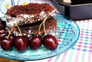 Pastel de chocolate con mermelada