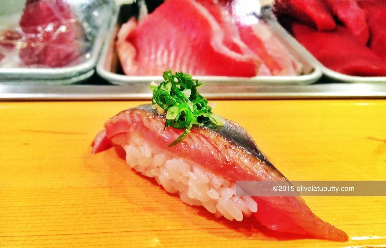 itu adalah waktu yang dihabiskan untuk antri supaya bisa makan di restoran sushi katanya terenak jepang ini kalau menurut kalian 4 5 jam kurang