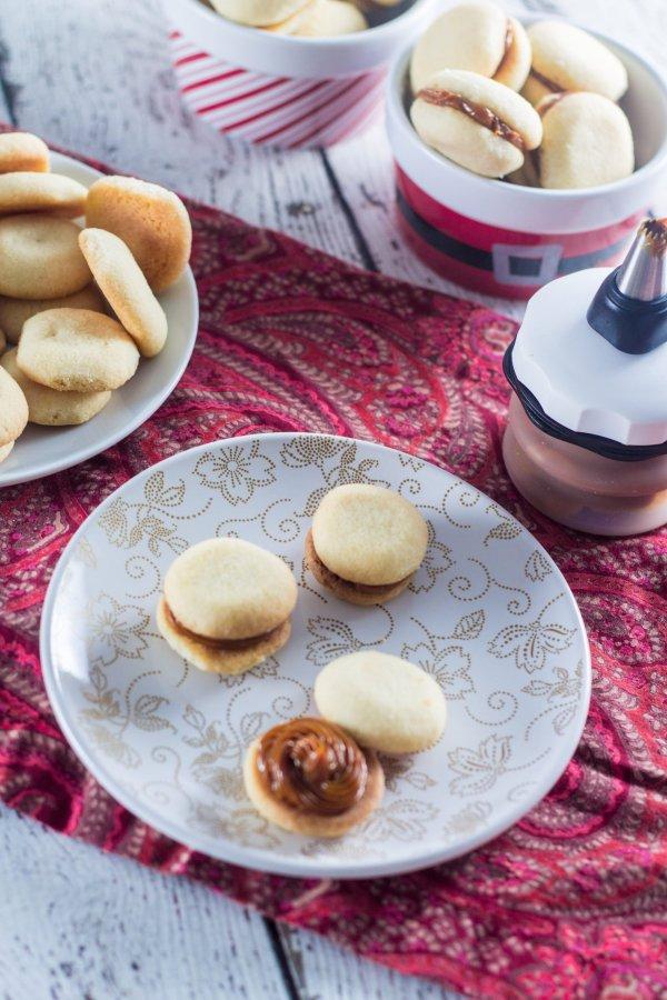 Dulce de Leche Sandwich Cookies (Casadinhos de Doce de Leite)   www ...