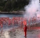 Centenas de australianos mergulham nus para celebrar o inverno (1)