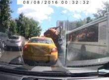 Caminhão de esgoto explode na rua e enche a rua de merda