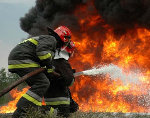"""Μεγάλη πυρκαγιά κοντά στο πρώην εργοστάσιο της """"χαρτομάζας"""" έξω από τη Λάρισα"""