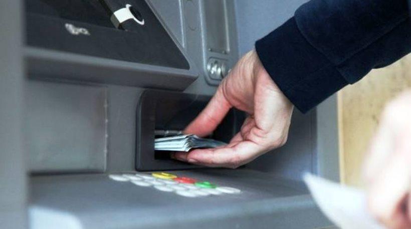 Βρήκε μια κάρτα αναλήψεων στο ΑΤΜ και «σήκωσε» τα λεφτά!