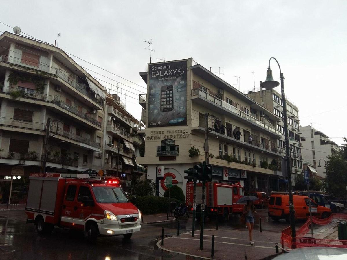 Έπεσαν σκαλωσιές από δεύτερο όροφο στο κέντρο της Λάρισας - Από τύχη δεν είχαμε τραυματισμό! (Φωτό)