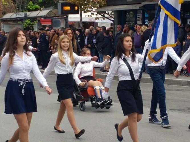 Δείτε όλη τη μαθητική και στρατιωτική παρέλαση της Λάρισας σε εικόνες