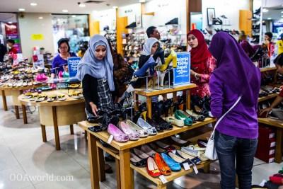 Photo Young Women Shopping Yogyakarta Indonesia Ooaworld