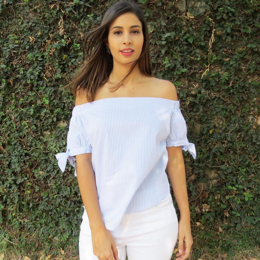 Camisa ombro a ombro listrada e calça branca