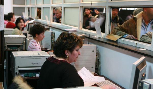 Mai multi contribuabili asteapta la rand pentru a-si plati impozitele datorate la stat pentru anul 2008, in Bucuresti.