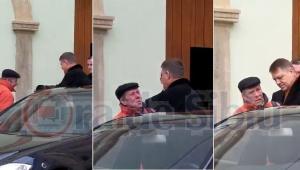 VIDEO EXCLUSIV –  PREȘEDINTELE IOHANNIS interpelat de un cetățean la ieșirea din biserică în Sibiu