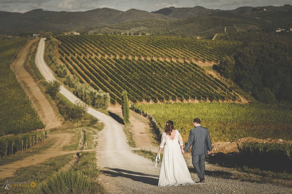 Amy & Elliot walk through the tuscan country