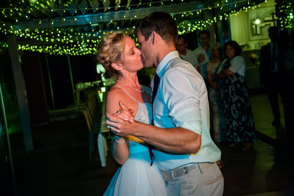 Lauren & Ben have a romantic first dance