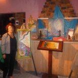 Marlene e seus quadremas em exposição. (Foto: Divulgação CACS)