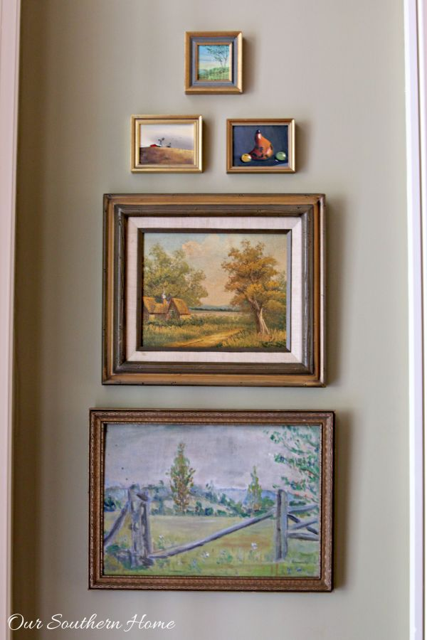 A gallery wall is an easy way of displaying all those things that matter the most—family portraits, unforgettable trips, treasured letters. Here, we give you ten pieces of advice that will help you build a perfectly balanced gallery wall