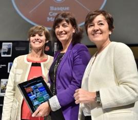 La Directora de Basquetour, la Viceconsejera de Turismo, y la Directora de Turismo, en la presentación de la revista para tablets en en el WTM de Londres.