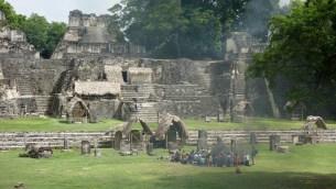 Guatemala, Tikal: Die Maya-Zeremonie ist in vollem Gange
