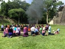 Guatemala, Tikal, Maya-Zeremonie: Das Copal und die Opfergaben verbrennen