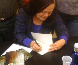 Morgana firmando libros