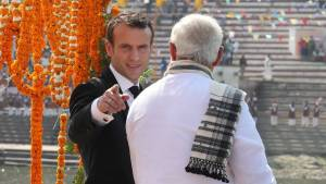 French President Emmanuel Macron (L) and Indian Prime Minister Narendra Modi (R) arrive by boat to a ghat in Varanasi on March 12, 2018. French President Emmanuel Macron is visiting the holy city of Varanasi at the end of his three-day visit to India.   / AFP / POOL / Ludovic MARIN