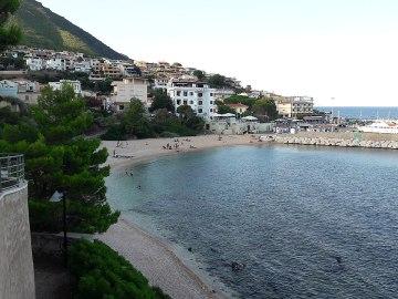 1280px-Spiaggia_di_Cala_Gonone
