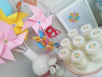 organizzazione di paola maresca per festa compleanno con allestimento rosa, azzurro, giallo e tante girandole per una merenda con torta e animazioni