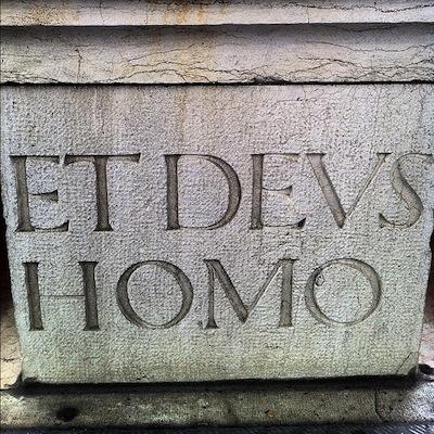 шрифт: ET DEUS HOMO