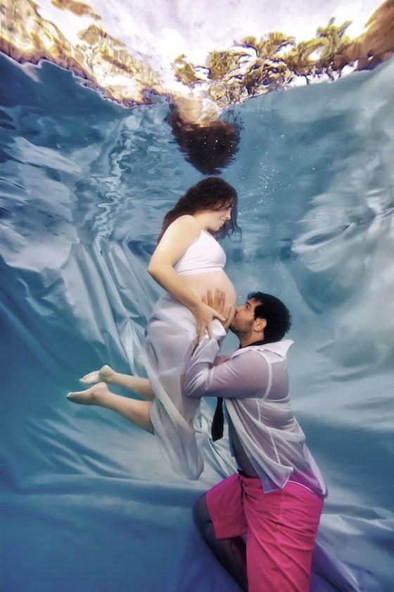 fotografia embarazo pareja bajo el agua