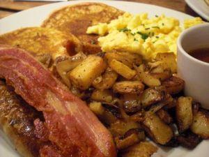Przeciętne amerykańskie śniadanie z jajkami, ziemniakami, plackami i bekonem. 1 Porcja zwykle wykarmia 2 osoby z Europy ;)