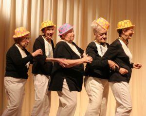 W am. domach emerytów powstaje wiele kółek zainteresowań. Jedni grają w karty, inni śpiewają a jeszcze inni zakładają teatrzyki.