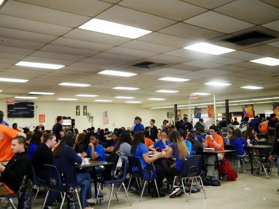 kafeteria w amerykańskim liceum, amerykańska szkoła,