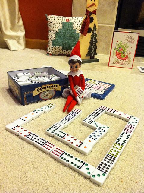 Elf rodziny Marka Baylora lubi grać w domino. Zdj.TU