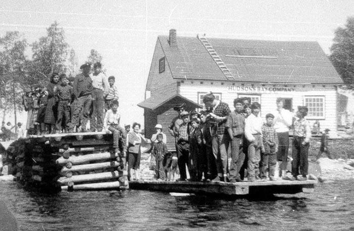 Atikameks sur le quai du poste de traite de la Compagnie de la Baie d'Hudson, lac Obedjiwan 1921