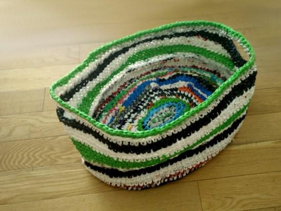 Crochet avec des sacs en plastique : panier à linge