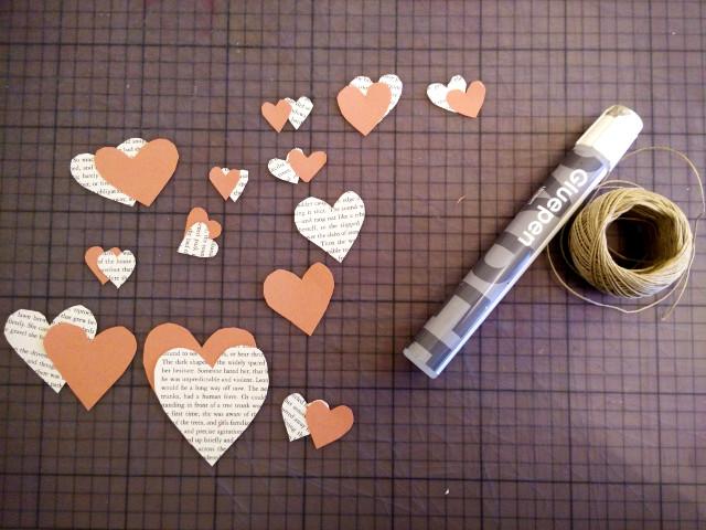 Découpage des formes de cœur pour la guirlande