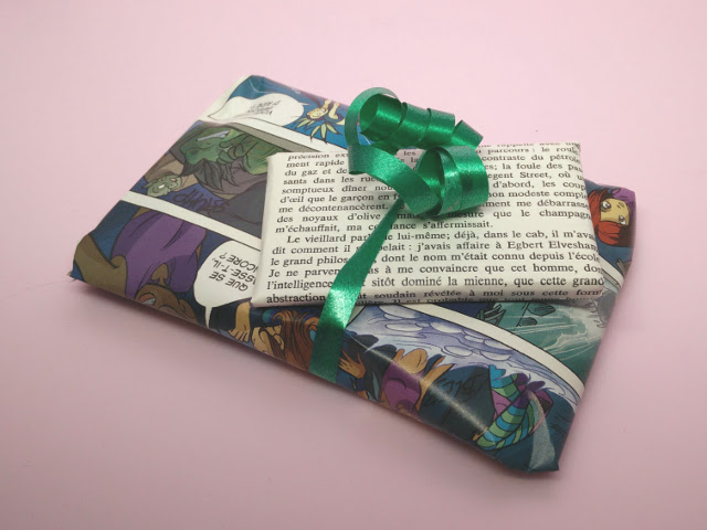 Eco wrapping ideas : wrapping gifts with books and magazines