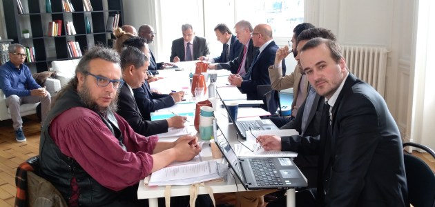 Vue d'une séance de travail de l'UNPO dans les bureaux de Bruxelles, avec les représentants du Tibet, Oromo, District de Columbia, Khmers Kroms, Balochistan, Turkestan, Afrikaaners, Ogaden, et Bretagne.