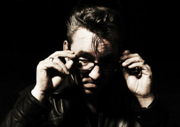 2. richard hawley tombe les lunettes noires 2 RICHARD HAWLEY : STANDING AT THE SKY'S EDGE