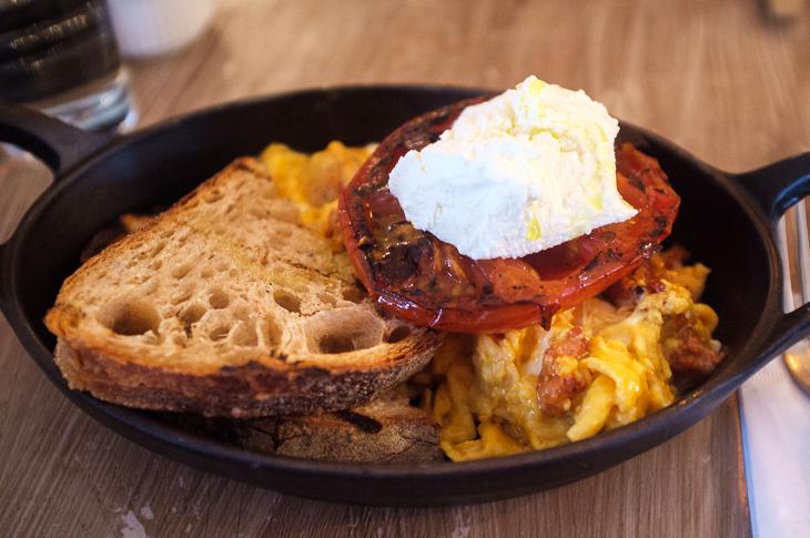 Passagem Gastronômica - Ovos mexidos com chorizo, queijo e tomate - Egg Break - Londres