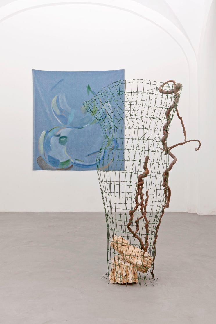 Silvia Vendramel, Lei/Inclinazione, 2018, rete da recinzione, glicine, pietre, cm180x97x77