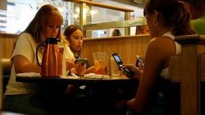 foto_a tavola con i cellulari