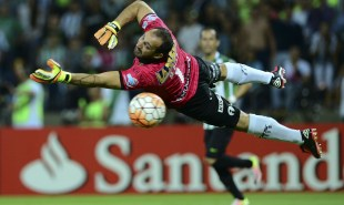 Goalkeeper Marcos Diaz  of Argentina's saves the goal during their Libertadores Cup Group 4 football match against Colombia's Atletico Nacional at the Atanasio Girardot stadium in Medellin, Antioquia department, Colombia, on April 19, 2016. / AFP / -- / RAUL ARBOLEDA