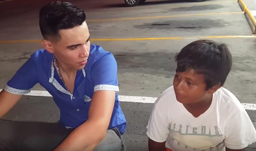 Niño de 13 años vende bolsas en la calle; joven le compra todas